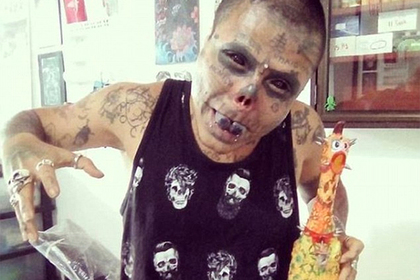 Фанат татуировок отрезал нос и уши ради сходства со скелетом