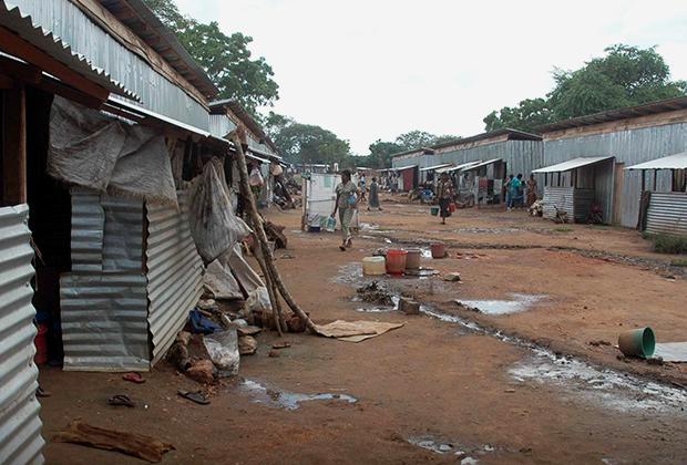Лишившиеся крова ланкийцы в лагере для беженцев после окончания гражданской войны в 2009 году
