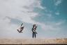 Фотограф из Индии Азад Джархав пытался снять человека на крыше в Мумбае, но кадр испортили летевшие мимо голуби. «Отлично выбрала момент, птица», — прокомментировал снимок редактор Instagram.