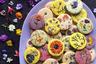 Лори Штерн из Калифорнии решила научиться готовить песочное печенье, украшенное настоящими цветами. «Когда я в первый раз их делала, то взяла простые съедобные растения, такие как настурция, лаванда и шалфей», — рассказывает она. Попытка оказалась не вполне удачной: побывав в печи —  некоторые из них утратили цвет. Методом проб и ошибок Лори нашла правильные ингредиенты. Теперь в ее рецептах встречаются лепестки граната, календула, герань и анютины глазки.