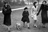 <p>В 1933 году дочери британского короля Георга VI получили в подарок щенка — крохотного вельш-корги, которого назвали Дуки. Семилетняя принцесса Лиззи и ее младшая сестра Мэгги обожали собаку, которая поселилась в Виндзорском дворце. Гостям Дуки нравился меньше: им приходилось терпеть выходки пса, который повадился кусать посторонних за пятки.   <p>С тех пор будущая британская королева не расставалась с собаками. У ее питомцев родились щенки, потом к чистокровным корги добавились дорги — помесь с таксой (их родоначальником была такса по кличке Пиппин, которая жила у принцессы Маргарет).  <p>После коронации Елизаветы II собаки переехали в Букингемский дворец, где для них выделили отдельные покои. Королева лично водила их на прогулку, а профессиональный повар каждый день готовил им деликатесы. «Мои корги — это часть семьи», — говорила она.  <p>Последний королевский корги умер в апреле. Елизавета II, которой исполнилось 92 года, не хочет заводить собак, которые после ее смерти станут обузой для других. У нее остаются Вулкан и Кэнди — пара дорги, которые напоминают ей о сестре, скончавшейся в 2002 году.