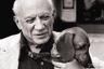 У художника Пабло Пикассо было множество собак самых разных пород: терьеры, пудели, афганские борзые, немецкая овчарка, боксер и несколько дворняг. Он редко заводил щенков, чаще брал приглянувшихся питомцев у знакомых, а наскучивших — раздаривал. Пикассо особенно любил таксу по кличке Ламп, которую позаимствовал у фотографа журнала Life Дэвида Дункана. «Это была любовь, — вспоминал Дункан. — Пикассо часто брал Лампа на руки, кормил его с рук. Этот пес захватил все и практически стал хозяином в доме художника».
