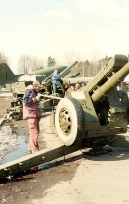 Дозиметристы проводят контроль боевой техники в парке Победы