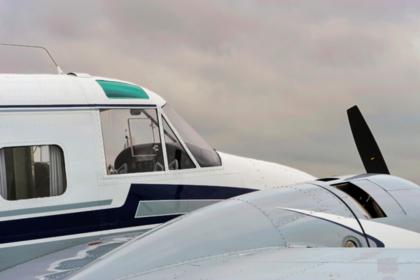 Гражданский самолет упал на территорию базы ВВС США