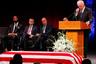 Церемонию прощания с Маккейном открывал Джо Байден, бывший вице-президентом при Обаме. Сенатор был республиканцем, но по многим важным вопросам вставал на сторону демократов. По просьбе покойного на похороны не приглашен Дональд Трамп — Маккейн резко критиковал его политику.