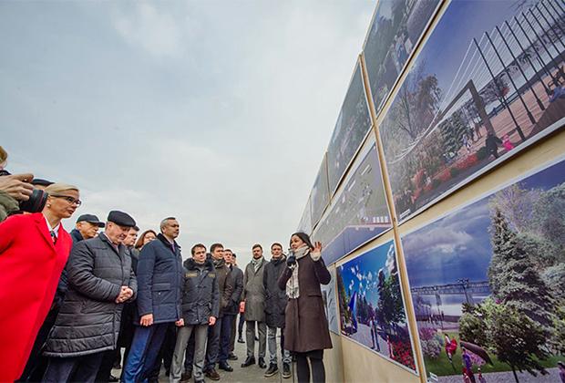 Партнер КБ «Стрелка» Далия Сафиуллина (справа) рассказывает о проекте реконструкции Михайловской набережной в Новосибирске