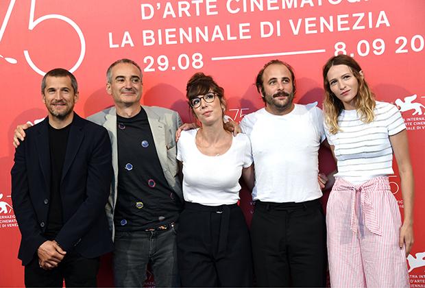 Оливье Ассаяс с Гийомом Кане, Норой Хамзави, Венсаном Макенем и Кристой Тере 31 августа 2018, Венецианский фестиваль