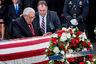 """94-летний патриарх американской политики в своей речи упомянул, что встретился с Маккейном еще в 1973-м, когда того только выпустили из вьетнамского плена. """"Мне предложили отвезти его домой на моем самолете, но я отказался — никто не должен получать каких-то привилегий"""", — рассказал он. Киссинджер заметил, что даже в последние дни Маккейн напоминал американцам о чувстве единства, которое сплачивает нацию."""