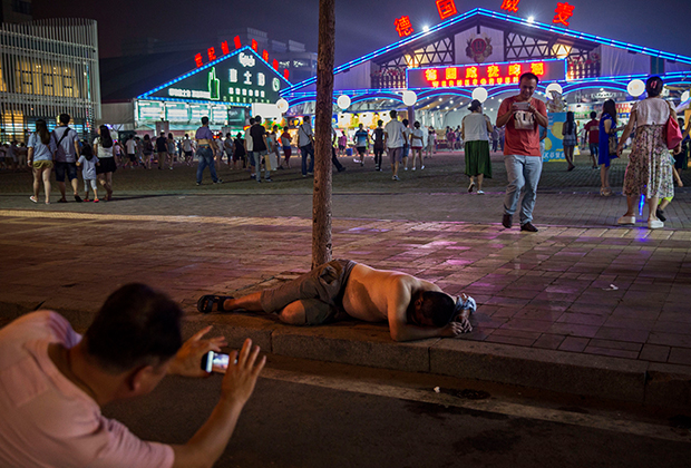 Китаец, перебравший с алкоголем, во время Фестиваля пива в Циндао
