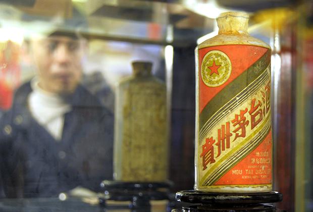 Бутылка водки маотай 1955 года, выставленная на аукционе за 1,2 миллиона юаней (182,5 тысячи долларов)