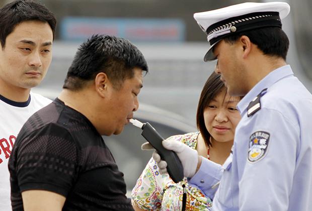 Дорожные полицейские проверяют уровень алкоголя в крови водителя
