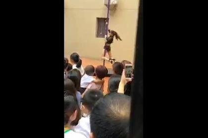 Директор детского сада танцевала на шесте перед воспитанниками и лишилась работы