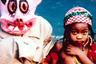 Увлекательный квазитрэвелог Криса Маркера, пожалуй, является лучшим образцом документалистики, снятой от первого лица, — этот фильм-эссе может даже спровоцировать у зрителя мощный импульс самому сняться с якоря и отправиться в дорогу. В сущности, мы следуем за безымянным путешественником, пока его мотает по миру от Сан-Франциско до Африки, от Исландии до Японии. Женский голос за кадром озвучивает происходящее так, словно это — письма домой («Он написал мне…» и так далее), хотя все эпизоды и так разворачиваются у нас на глазах. У каждого зрителя будут свои любимые сцены: игривый, почти сакральный вид трех исландских девочек, бредущих по сельской дороге; японский культ кошек; просветительское отступление на тему «Головокружения» Хичкока. «Без солнца» смотрится как дневник, который пишется, зачитывается вслух и переносится на кинопленку одновременно — и изобретает себя заново с каждым новым кадром.