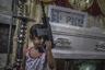 Убивают и дилеров, и потребителей. Организация Объединенных Наций обратилась с призывом к филиппинскому правительству расследовать убийства, совершенные во внесудебном порядке и привлечь виновных к ответственности, но этого не произошло. Война продолжается.