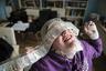 29-летняя Аурелия приняла добровольное решение умереть. Молодая жительница Нидерландов страдает серьезными психическими заболеваниями. У нее пограничная депрессия, тревожность, расстройства пищевого поведения. Она прошла все возможные лечения и терапии, которые ее измотали.  <br> <br>  «Я бы хотела жить, но я хочу положить конец моим страданиям. Единственный способ достичь этой цели — умереть», — считает Аурелия.   <br> <br>  В Нидерландах эвтаназия официально разрешена, но не для всех психически больных. В 2017 году «Клиника конца жизни», дающая разрешение на эвтаназию, отклонила 457 заявок из 503 от людей, страдающих от психических заболеваний. 31 декабря 2017 года Аурелии поступил телефонный звонок из клиники: ей разрешено умереть через 26 дней. Врачи клиники по проведению эвтаназии подтвердили, что борьба Аурелии за исцеление не имеет перспектив. Фотограф Сандра Хойн провела последние дни Аурелии бок о бок с ней.