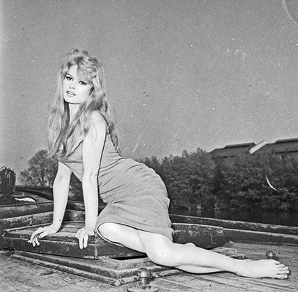 Брижит Бардо на съемках фильма La Parisienne («Парижанка») в 1957 году