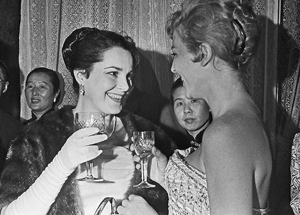 Элина Быстрицкая и французская актриса Николь Курсель на открытии первого Московского международного кинофестиваля в 1959 году