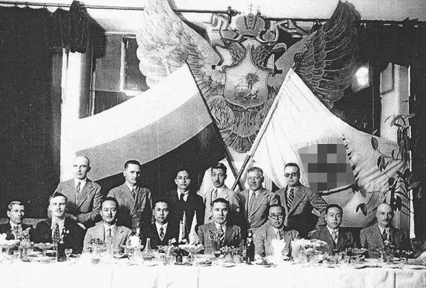 Лидер Российской фашистской партии К. В. Родзаевский (сидит второй слева), Л. Ф. Власьевский (сидит четвертый справа), справа от него — помощник начальника Японской военной миссии Акикуса Сюн.