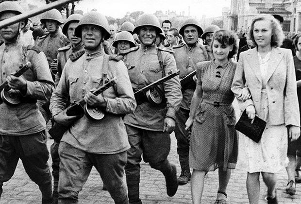 Русские жительницы Харбина встречают советские войска. 1945 год