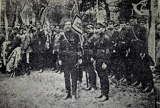 К. Родзаевский (в центре) с боевиками из Российской фашистской партии на похоронах ефрейтора Натарова, погибшего в боях на Халхин-Голе. 1939 год