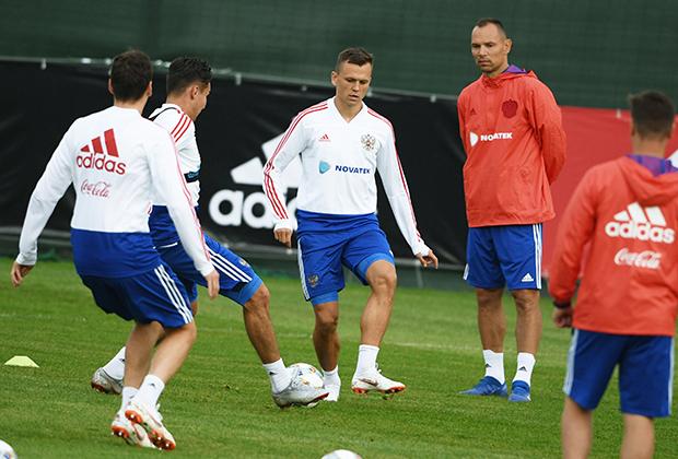 Российские футболисты на тренировке