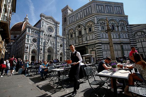 В популярном у туристов городе запретили есть на улице