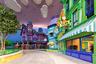 Пожалуй, самое расслабленное настроение в парке царит в зоне Cartoon Junction — отведенной самым известным мультипликационным персонажам в обширной библиотеке Warner Bros. Здесь, например, расположено большинство аттракционов для самых маленьких посетителей — таких, как игровая зона «Фабрика Acme» и карусель с классическими героями вселенных Looney Tunes и Hanna-Barbera. Но найдется в Cartoon Junction чем удивить и взрослых — например, горки Тома и Джерри вполне могут претендовать на звание самых головокружительных и увлекательных во всем парке, а под крылом Даффи-дака найдется башня с вертикальным прыжком.