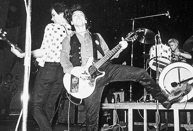 Американскую группу The Ramones называют основателями панк-рока. Как видите первые годы их стиль одежды был весьма сдержанным.