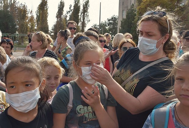 Эвакуация детей в связи с выбросами вредных химикатов —  сернистого ангидрида — в атмосферу. Дети во время эвакуации.