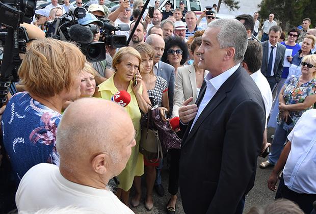 Глава Республики Крым Серей Аксенов общается в Армянске с обеспокоенными местными жителями
