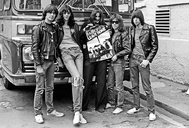 Примерно в то же время The Ramones начали носить кожаные куртки и рваные джинсы.
