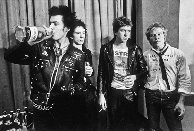Группа Sex Pistols празднует подписание контракта со звукозаписывающим лейблом M Records. Сид Вишес (крайний слева) стал одним из тех, кто привил панкам любовь к коже и шипам.