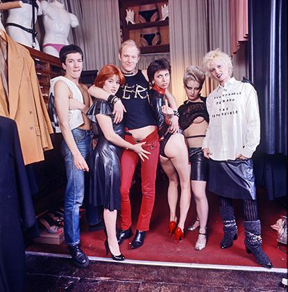Вивьен Вествуд с друзьями в своем магазине SEX на Кингс Роуд в Лондоне, 1976 год.