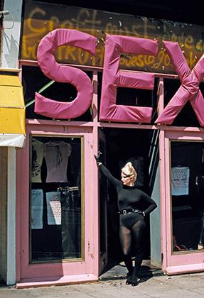 Секс-символ британских панков 1970-х Джордан Муни позирует у входа в магазин SEX.