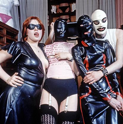 Модели, одетые в выполненную в БДСМ-стилистике одежду Вествуд. позируют в бутике SEX.