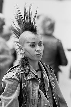 Если в 1970-е годы женская панк-мода отличалась от мужской, то к середине 1980-х стала ее копировать. Трендом стал андрогинный образ и агрессивная одежда.