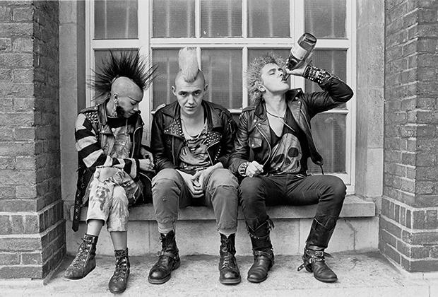 Панки распивают алкоголь прямо на Кингс Роуд, где находились их любимые магазины. Такие они —грязные хайпбисты 1980-х.