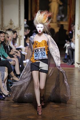 Тема панка переодически всплывала и в творчестве Вивьен Вествуд. Например, в прическах моделей во время показа коллекции весна-лето 2010 осенью 2009 года во время недели моды в Париже.