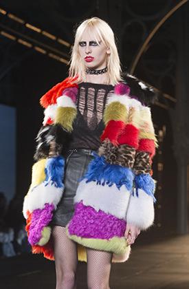 Панковский макияж и чокер — это уже коллекция Saint Laurent зима 2015-2016 годов, показанная на Парижской неделе моды в марте 2015 года.