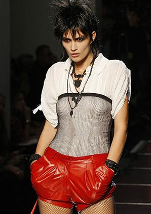 Жана-Поля Готье не зря называют грустным панком — панковская стилистика никогда не покидала его арсенала. Коллекция весна-лето 2011, показанная в Париже в октябре 2010 года.