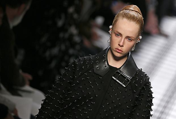 Шипастая кожаная куртка — часть коллекции зима 2015/2016 дома Balenciaga.