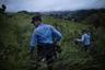 В районе так называемого Северного треугольника, в который входит Гондурас, Сальвадор и Гватемала, за последние сорок лет насилие стало частью жизни. Людей не только убивают — они исчезают. Уличные банды, такие как MS-13, управляют населением с помощью страха. «Смотри, слушай и молчи» — это девиз, который можно встретить в этих странах повсюду. В ответ на рост организованной преступности и насилия правительство трех стран объявили бандам открытую войну. Однако автор проекта Федерико Веспиньяни считает, что прекратить насилие с помощью насилия — утопия.