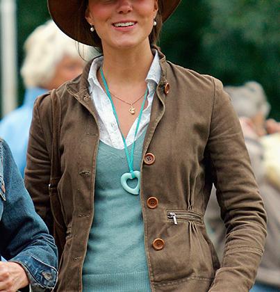 Девушка принца Уильяма Кейт Миддлтон в ковбойской шляпе на фестивале британского троеборья в Гаткомб-Парке вскоре после окончания университета.