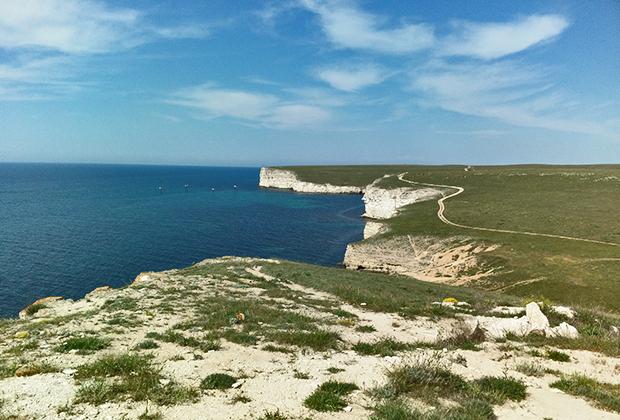 Мыс Тарханкут, где плита степей взмывает ввысь и нависает над морем с огромной высоты.