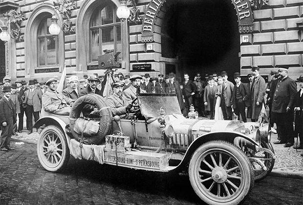 В Российской Империи не только устраивали гонки, но и строили свои гоночные машины. Этот Руссо-Балт отправляется в пробег по маршруту Санкт-Петербург — Рим — Санкт-Петербург.