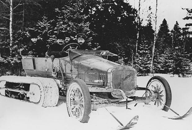 Российские автомобили не только отлично зарекомендовали себя в гонках, но и поставлялись в гаражи первых лиц. Например, этот Руссо-Балт C24-30 с полугусенечным приводом конструкции Адольфа Кегресса служил в Собственном Его Императорского Величества Гараже.