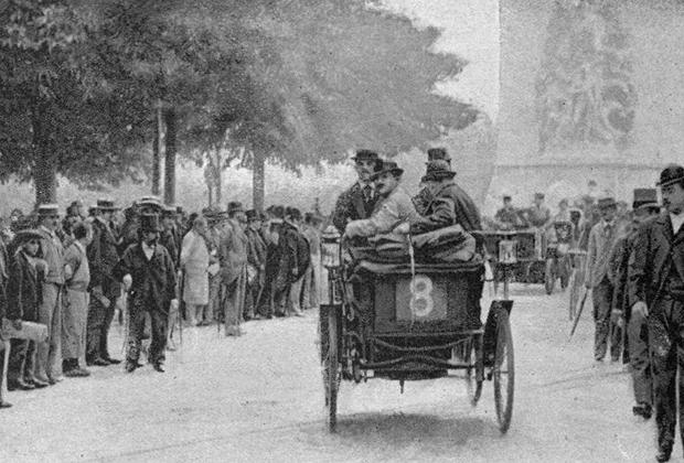 Peugeot Огюста Дорио покидает Париж и уходит на дистанцию первой настоящей автогонки по маршруту Паирж — Бордо — Париж в 1895 году.