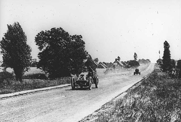 Легенда гонок 1900-х годов, заводской гонщик Renault Ференц Шиш из Австро-Венгерской Империи ведет свой Type AK во время Гран При Автомобильного Клуба Франции 1906 года.
