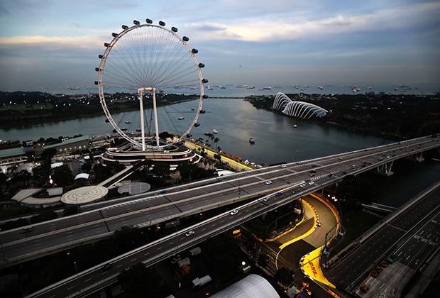 В городе-государстве Сингапуре гонку решили провести прямо по улицам города. Но в отличие от узких улочек Монако длинные и широкие дороги Сингапура позволяют пилотам развивать высокие скорости. Главной фишкой гонки в Юго-Восточной Азии стало то, что она проходит при искусственном освещении.