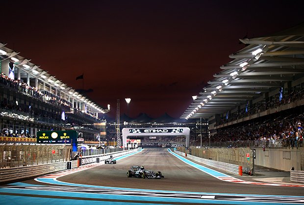 Гран При Абу-Даби — особенный этап. Мало того, что гонка стартует на закате, а финиширует в ночи, так арабы еще и платят за право принимать у себя финальную гонку сезона. Одна проблема — чемпион часто становится известен заранее и коронации в Абу-Даби не происходит.